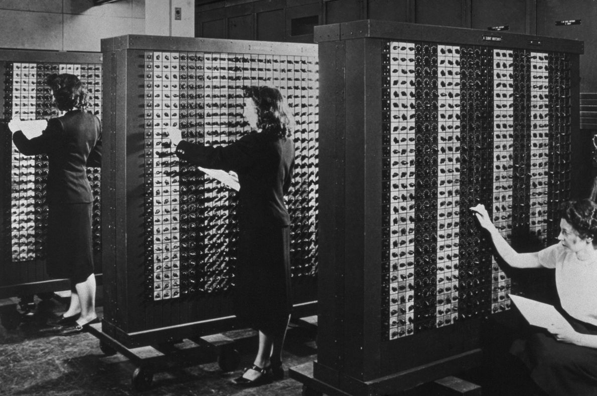 Operadoras ajustan filas de interruptores para programar a la primera computadora del mundo completamente electrónica conocida ...