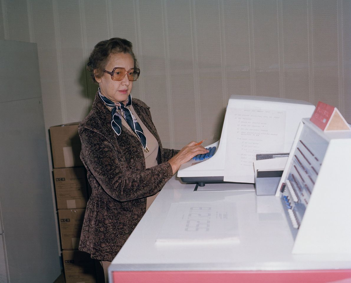 Matemática brillante, la científica de la NASA Katherine Johnson posa para un retrato en su trabajo ...
