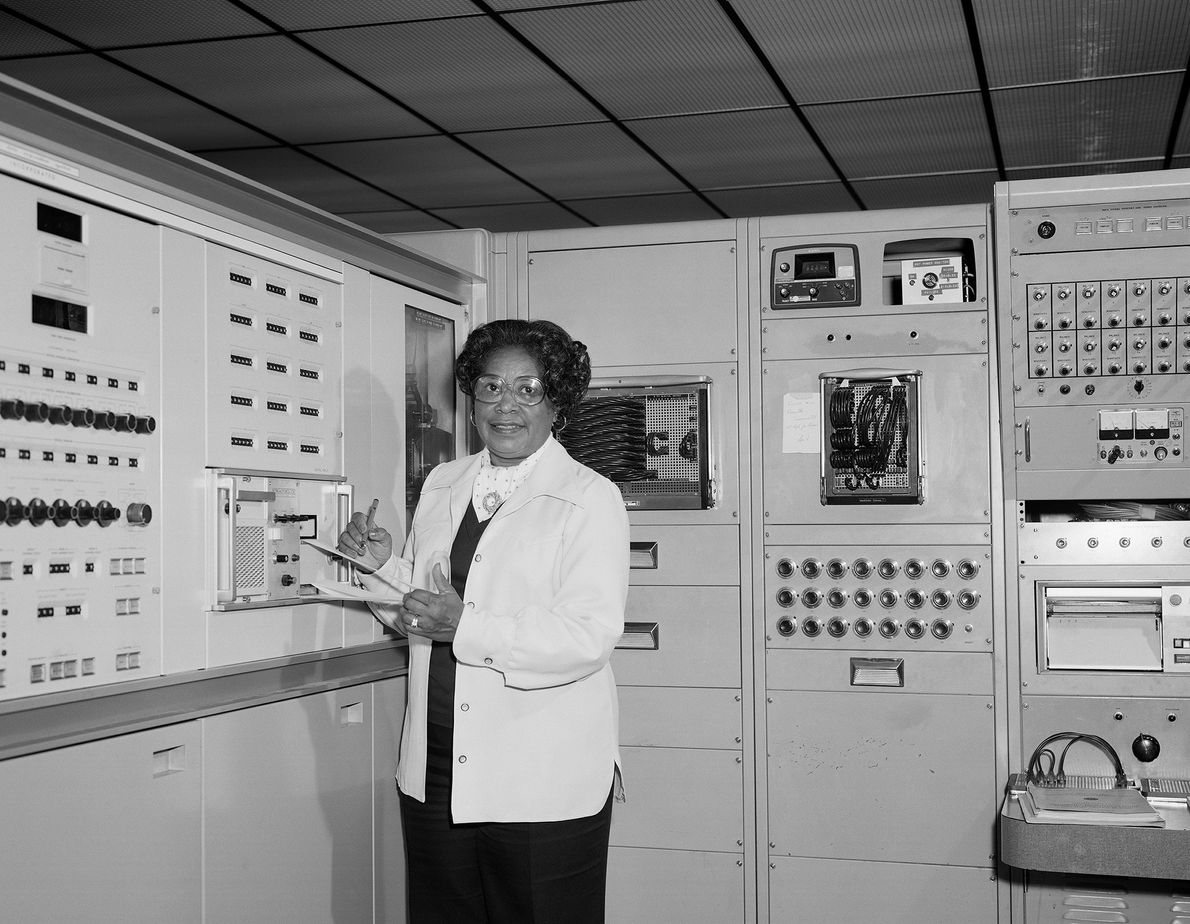 La matemática Mary Jackson, quien fue la primera ingeniera negra mujer de la NASA, posa para ...