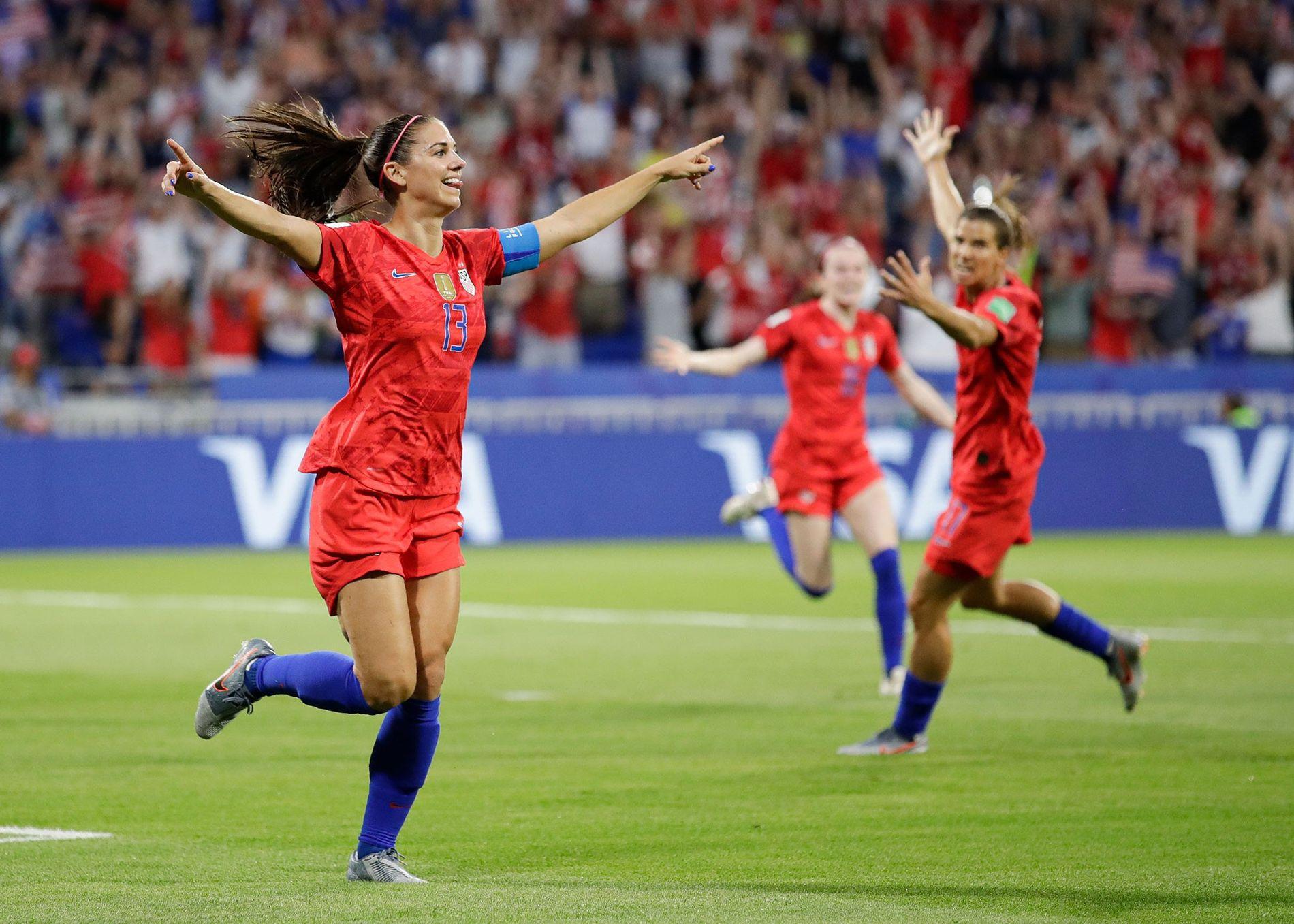 La delantera Alex Morgan celebra después de meter su segundo gol para los Estados Unidos durante ...