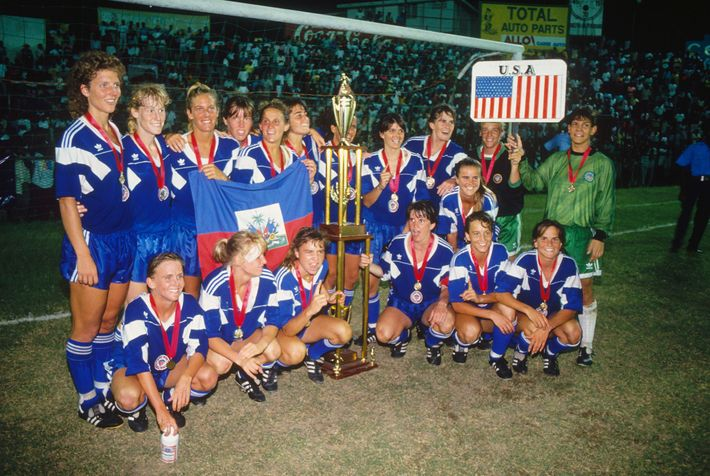 El equipo de fútbol femenino de EE. UU. posa después de obtener el primer lugar en ...