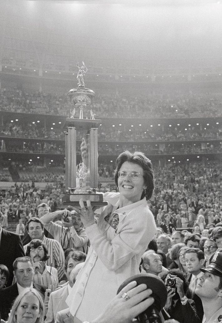 La jugadora de tenis Billie Jean King levanta su trofeo después de derrotar a Bobby Riggs ...