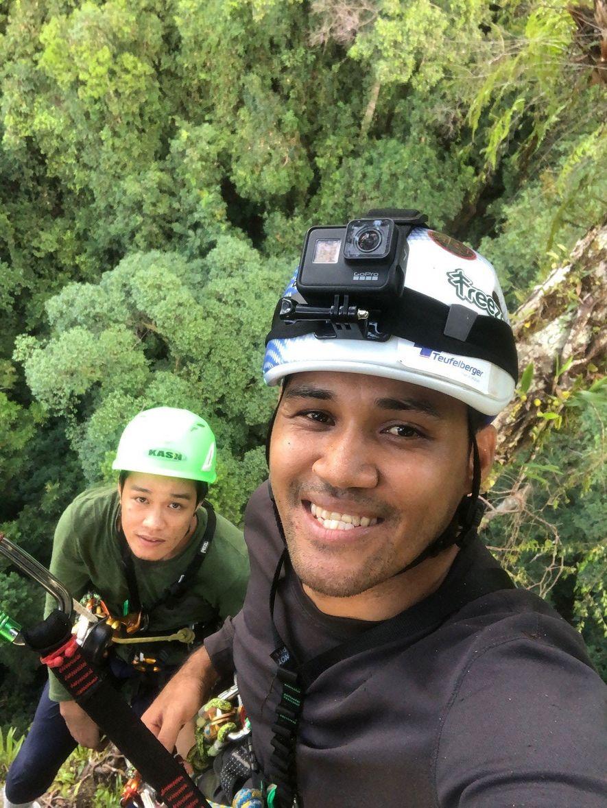 Los escaladores se toman un momento para registrar su progreso con una selfie. Los principiantes tardan ...