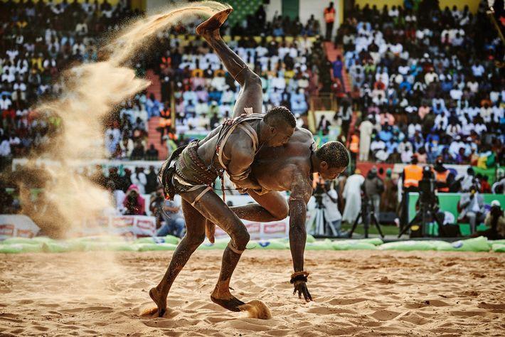 BB Bismi Ndoye derrota al luchador Maraka Dji en el estadio Demba Diop, durante una pelea ...