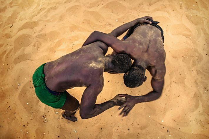 Los luchadores entrenan en una escuela de Dakar, intentando derribar a su oponente.
