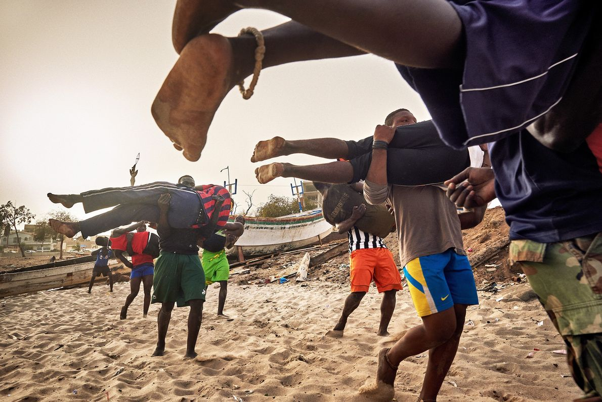 Jóvenes luchadores entrenan en la escuela del ex-luchador Boy Kaire en la Corniche en Dakar.