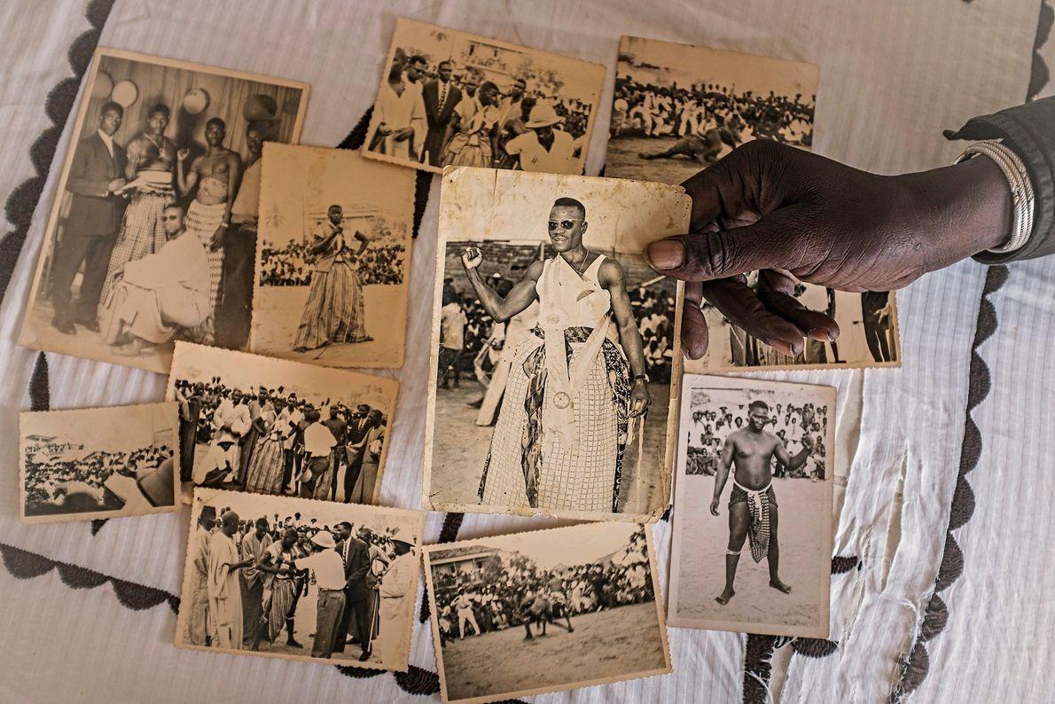 El fotógrafo Freekis Ndoye de Dakar muestra imágenes históricas de luchadores de los años cincuenta. El ...