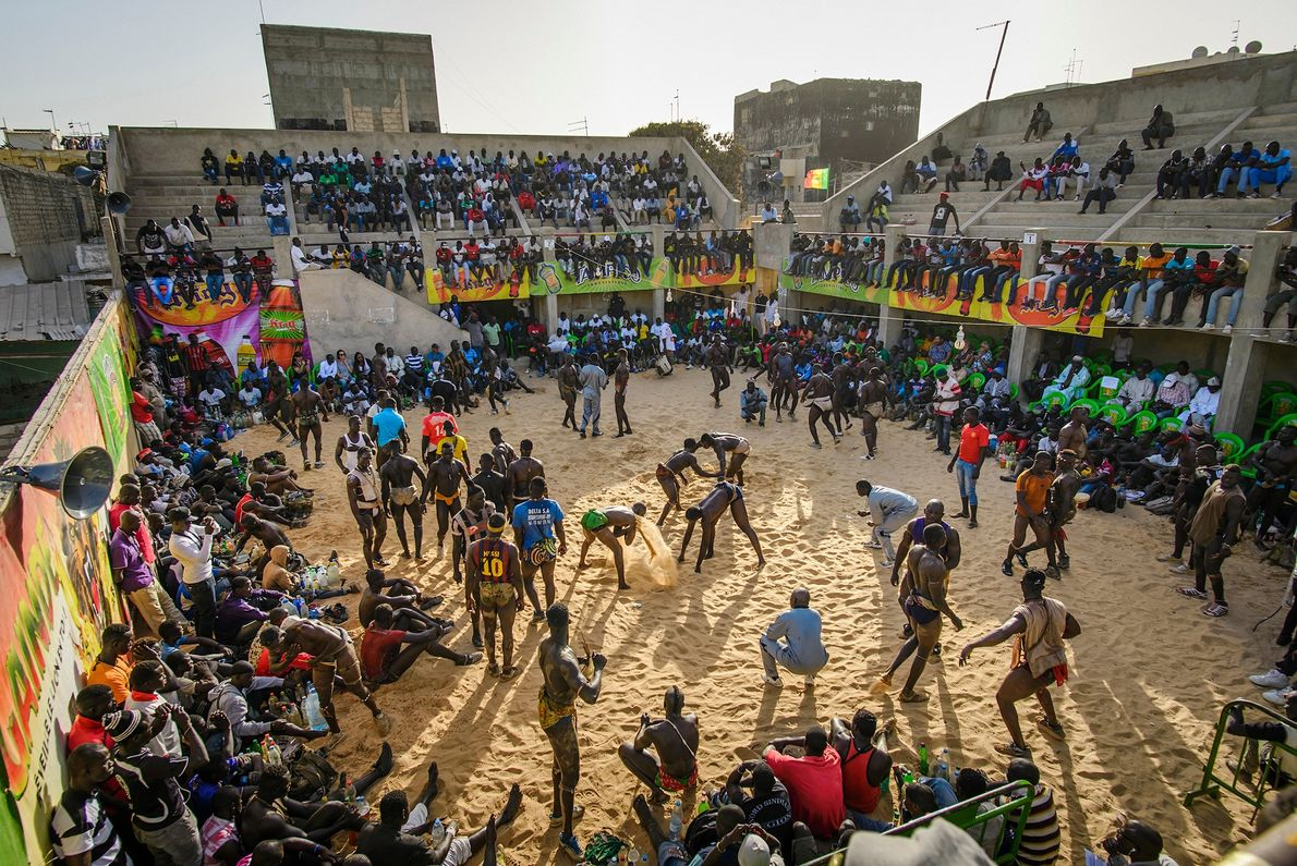 Los luchadores se preparan para los partidos en la arena Adrien Senghor en el distrito de ...