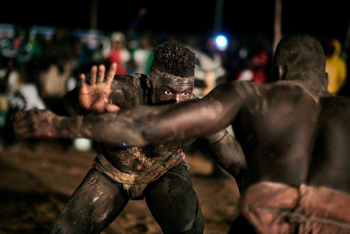Dos luchadores se enfrentan en un torneo local en la región de Sine Saloum.