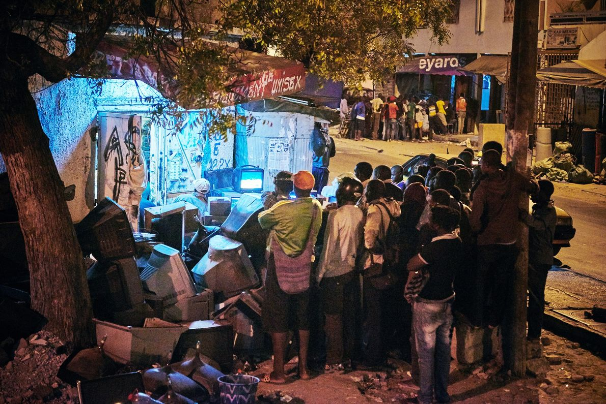 La gente se reúne en las calles de Dakar para ver un combate de lucha libre ...