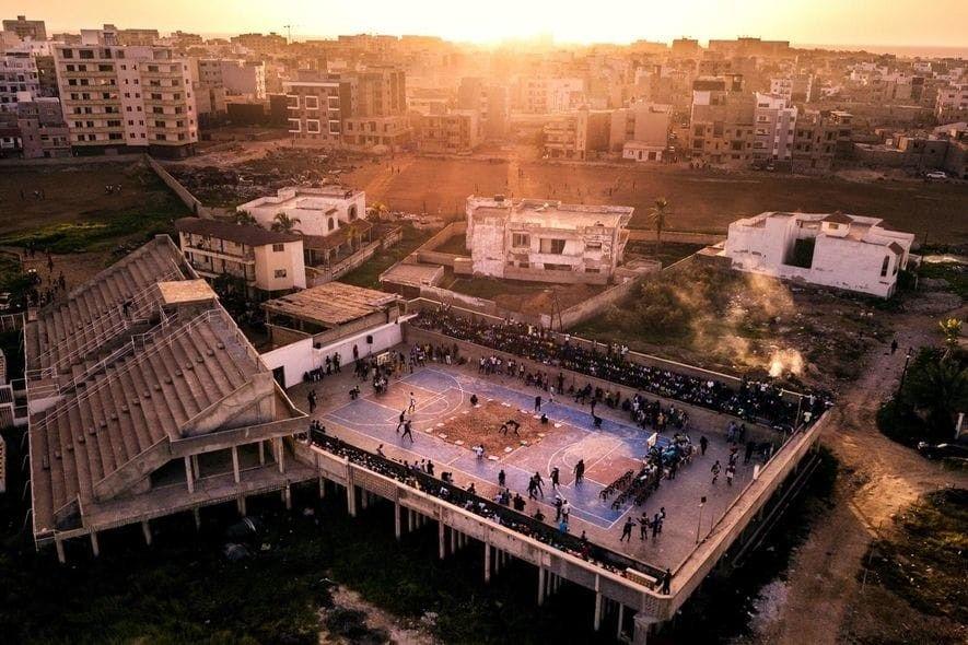 """Un torneo de lucha local celebrado en una pista de baloncesto en el estadio """"Olympique de ..."""