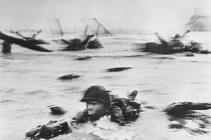 Un soldado norteamericano llega a tierra en la Playa de Omaha durante la invasión de los ...
