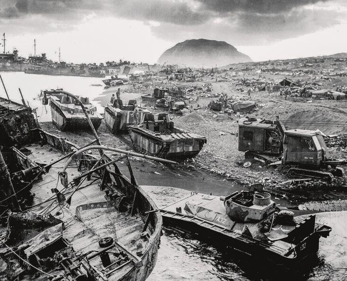 El equipamiento y los suministros contaminan la isla de Iwo Jima, escenario de una de las ...