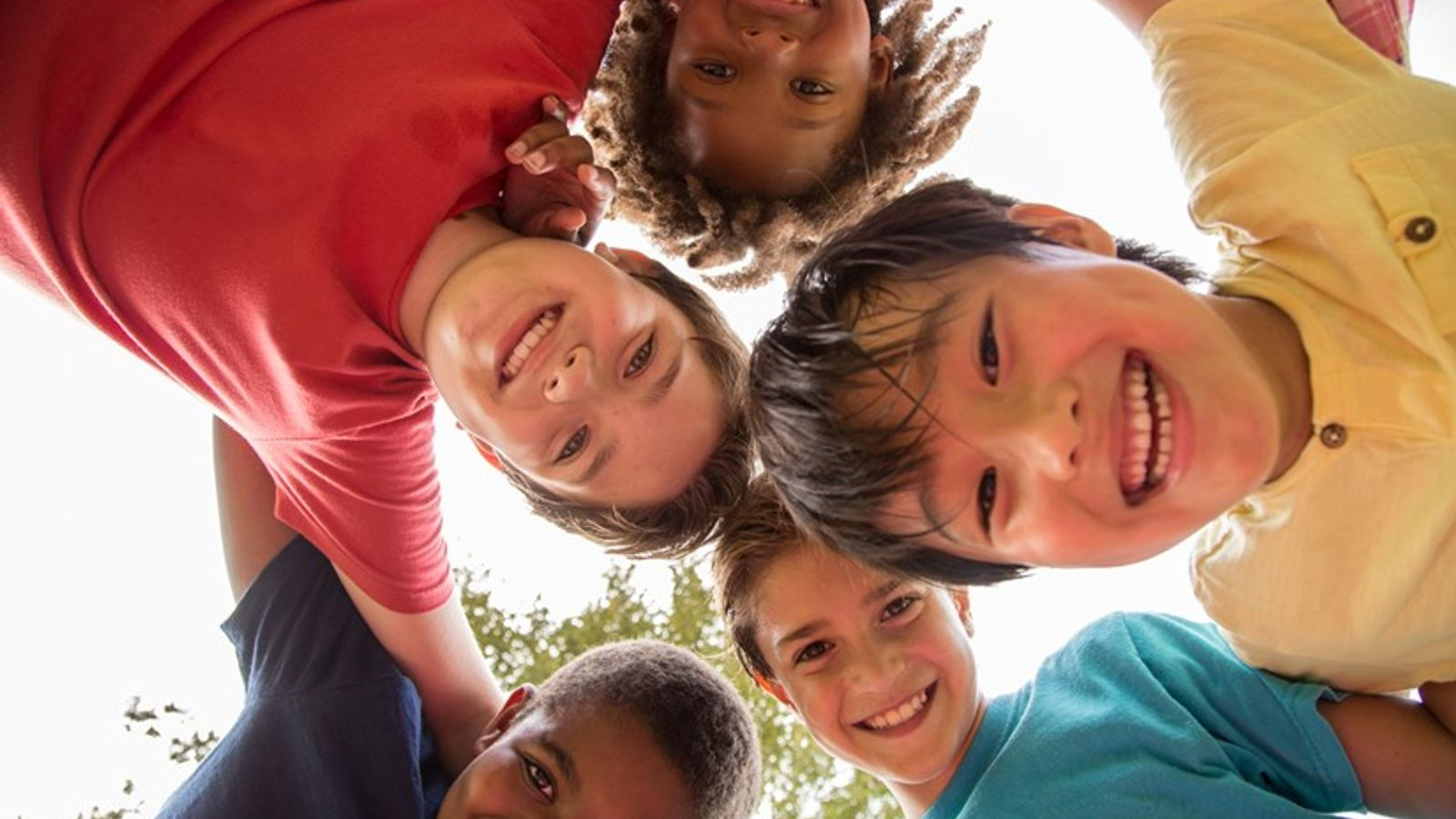 Alienta a tus hijos a que tengan amistades diversas. Muy pronto todos van a poder jugar ...