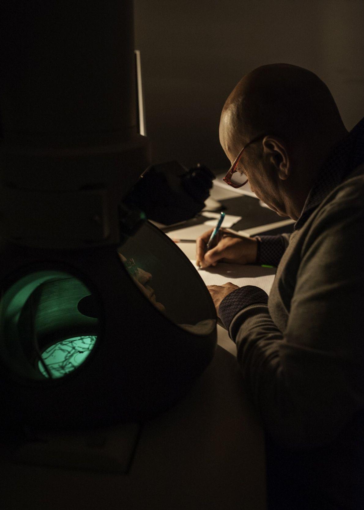 Angelo De Stradis, científico del Consejo Nacional de Investigación (CNR) de Bari, usa un microscopio electrónico ...