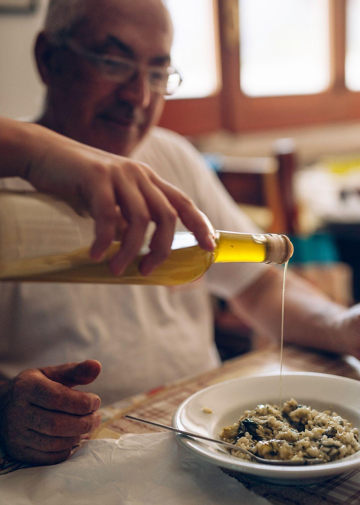 Jolanda de Nola sirve aceite de oliva a su padre, procedente de los olivos de su ...