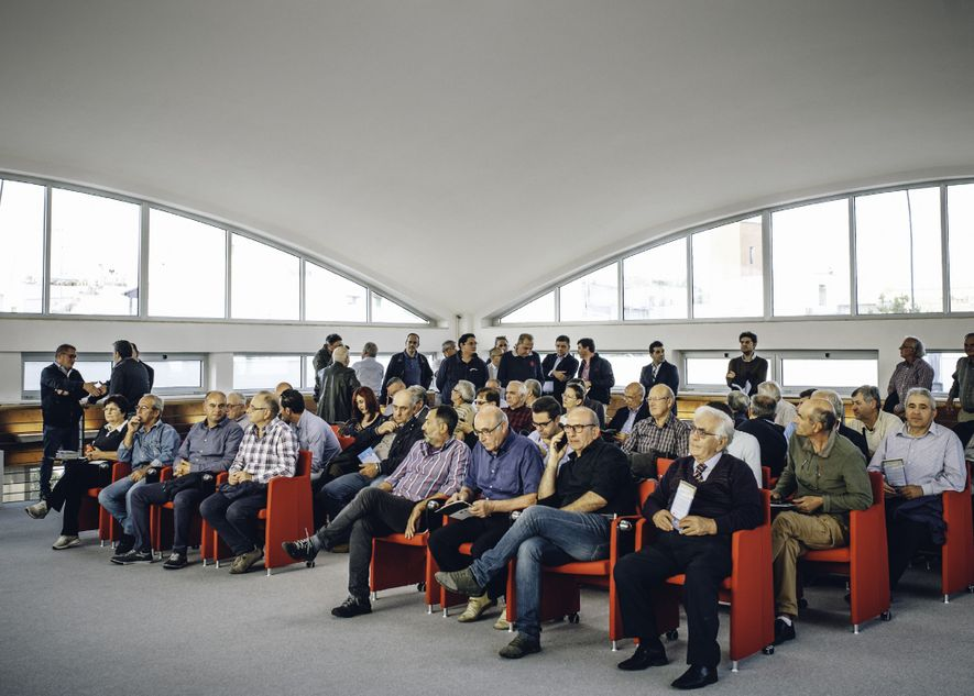 Los olivareros se reúnen en Veglie, cerca de Lecce, en un evento informativo sobre la Xylella el 14 de octubre de 2016.