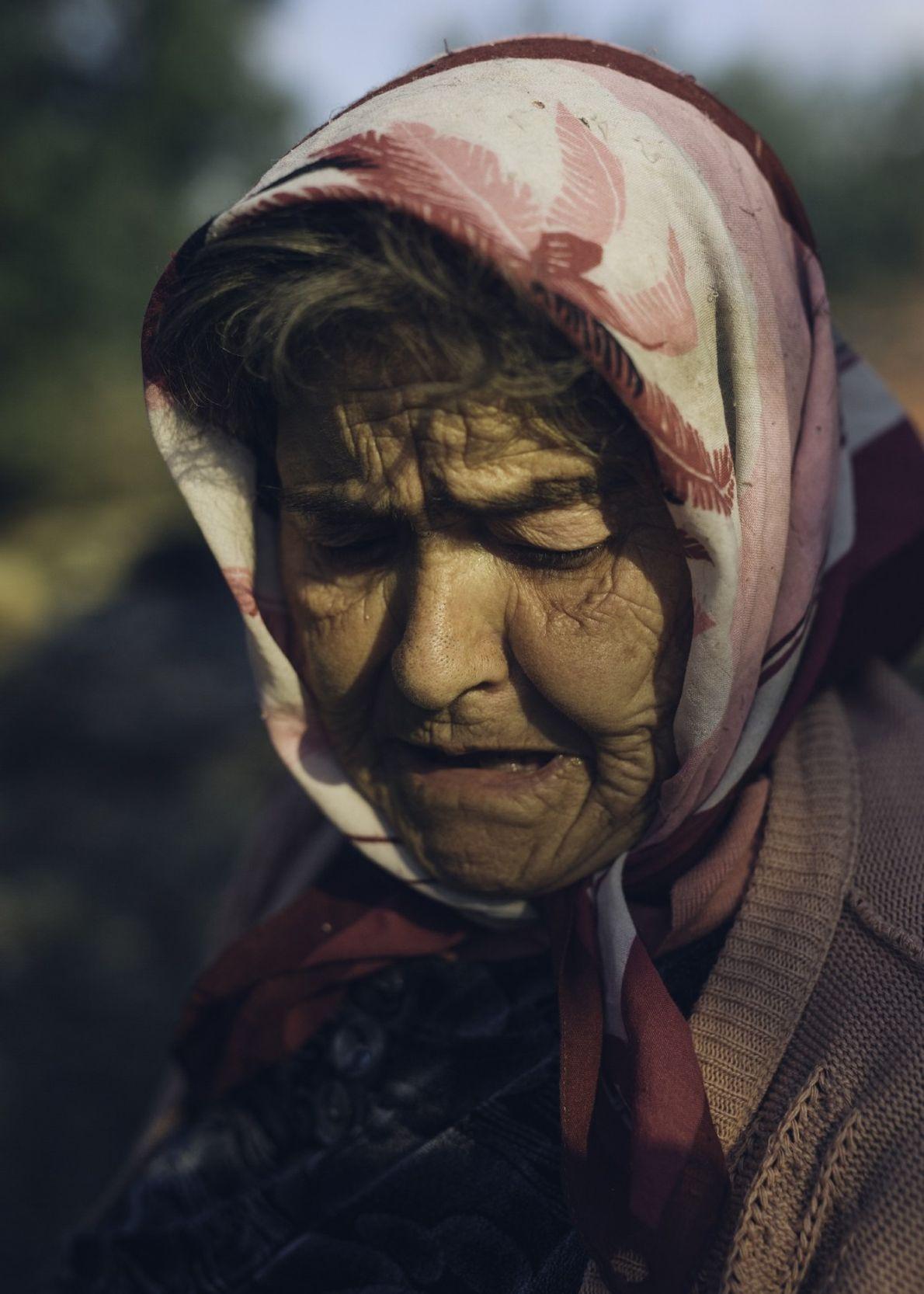 Paoloa Pailano observa cómo los trabajadores queman los restos de las ramas que han cortado de ...