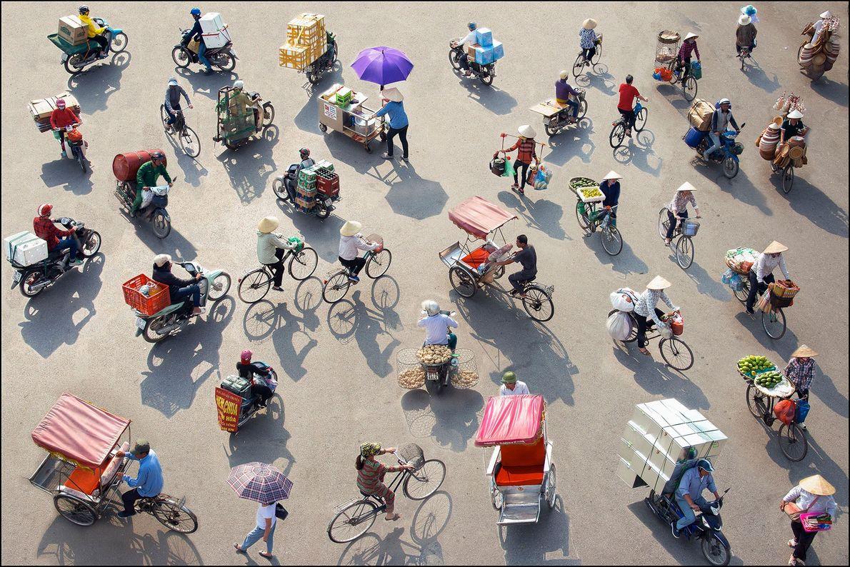Hanói, Vietnam Pedaleando por la ciudad desde temprano hasta tarde por la noche en sus bicicletas cargadas ...