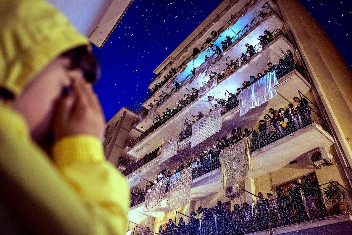 Pagani, Italia Cada Semana Santa, los residentes de Pagani (Campania) colocan sus mejores sábanas en los balcones ...