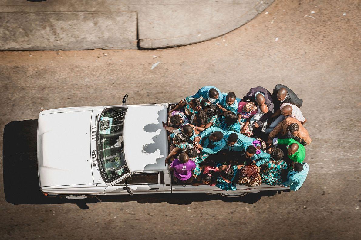 "Maputo, Mozambique En las bodas de Mozambique, ""las familias de los futuros esposos visten prendas distintas, cada ..."