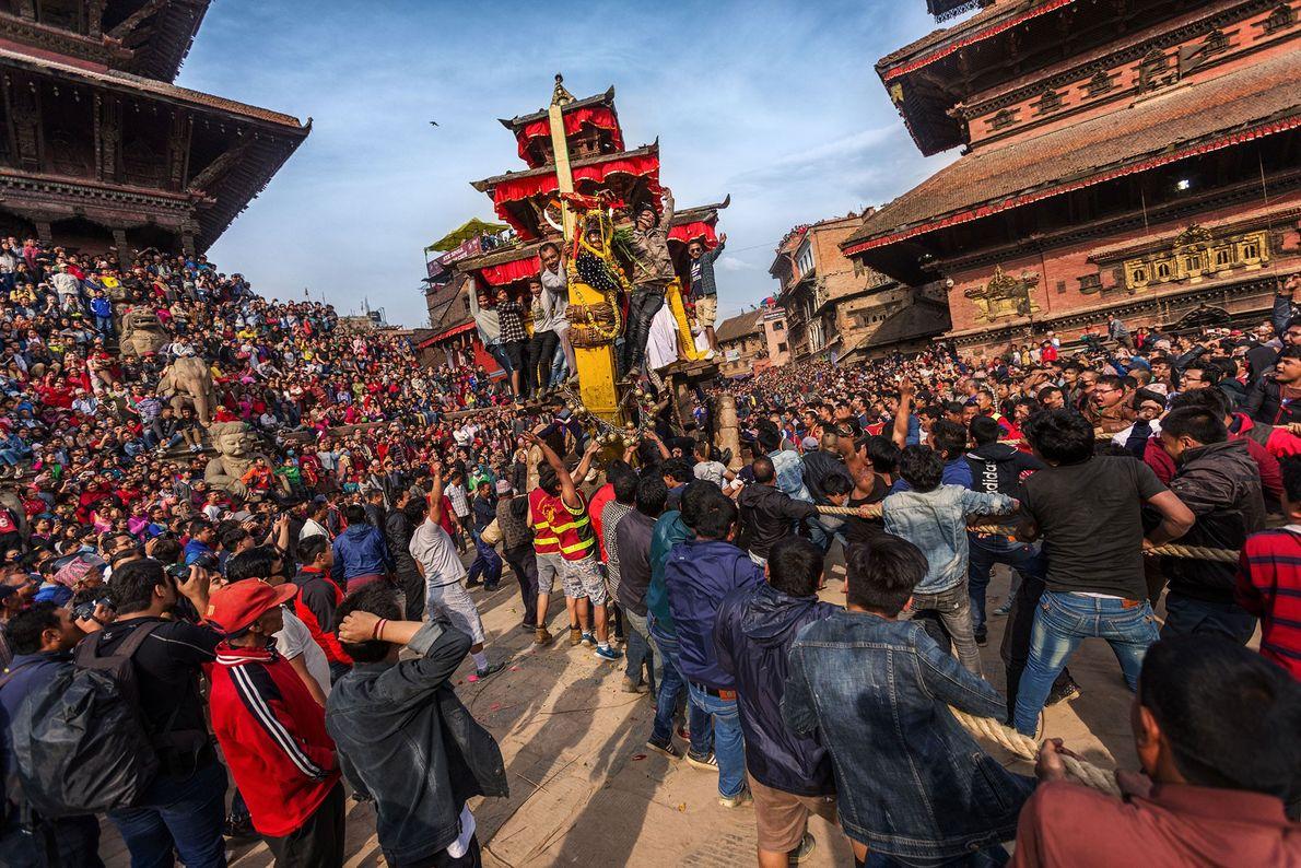 Bisket Jatra, el festival de Bhaktapur que se celebra con mucho entusiasmo, marca el comienzo del ...