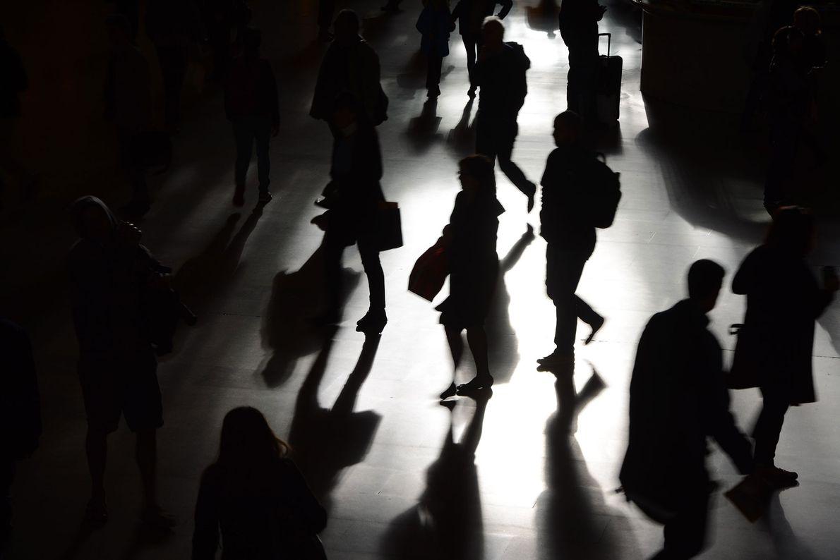 Nueva York, Nueva York Las siluetas y las sombras de los viajeros pasando por la Terminal Grand ...