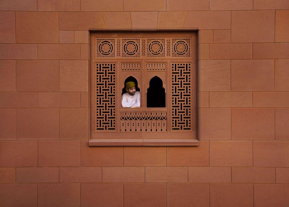 Mascate, Omán  La imponente Gran Mezquita del Sultán Qaboos, mezquita principal de Omán domina los cielos ...
