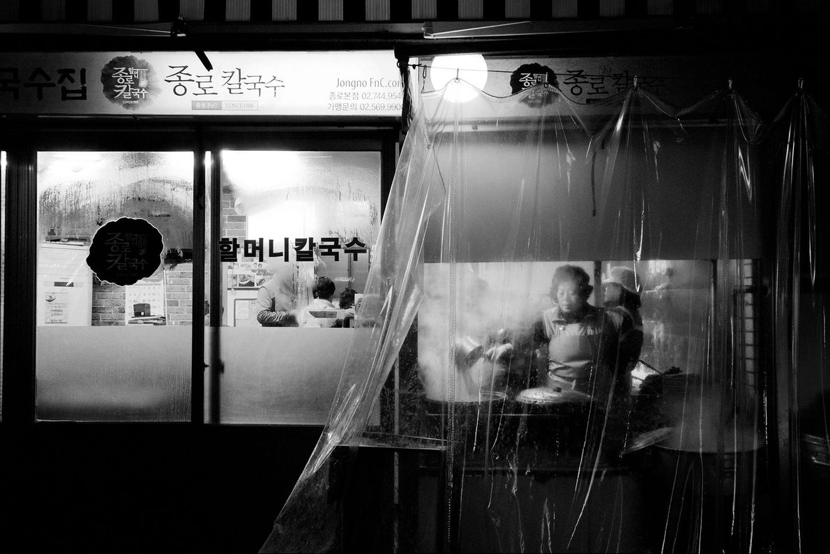 Seúl, Corea del Sur Camina por callejones oscuros en Seúl y echa un vistazo a un mundo ...