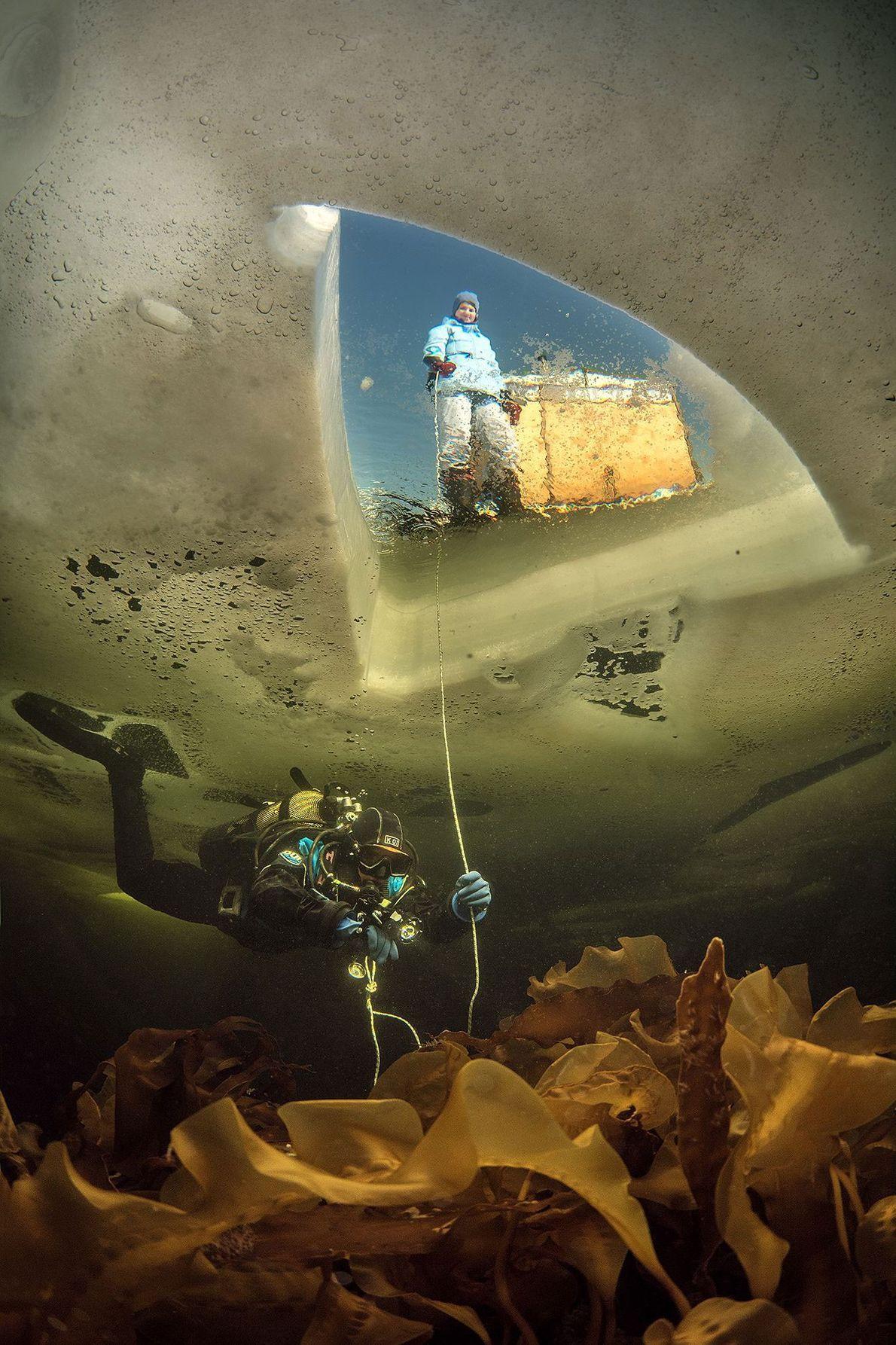 """Esta imagen, tomada en el congelado Mar Blanco de la Rusia ártica, se denominó """"Dos Mundos"""". ..."""