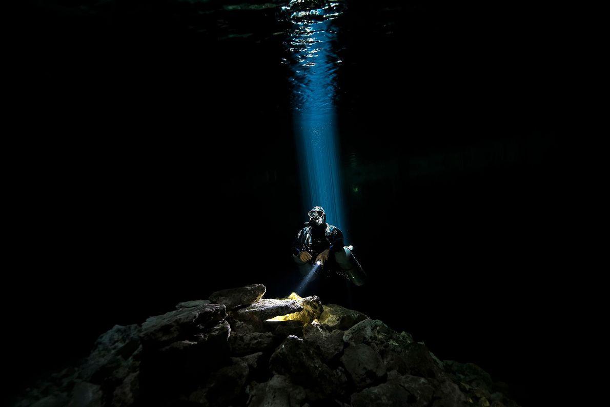 """""""Descubrir un mundo nuevo es siempre algo emocionante. Un mundo líquido, oscuro sin vida. Solo piedras, ..."""